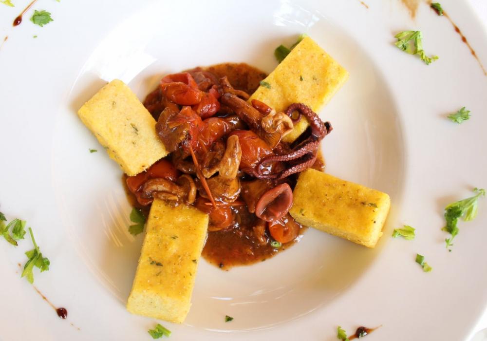 Folpetti in umido con finferli e polenta di Marano al rosmarino