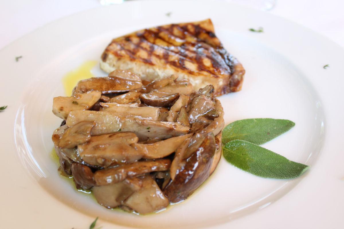 Trancio di pesce spada alla griglia con porcini freschi trifolati